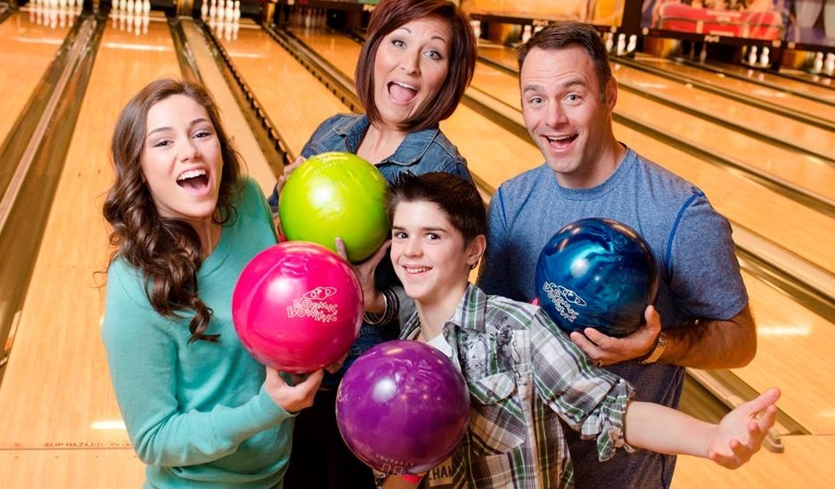 family bowling | bowling specials | bowling outing with family | affordable family outings | sheboygan falls | odyssey fun center